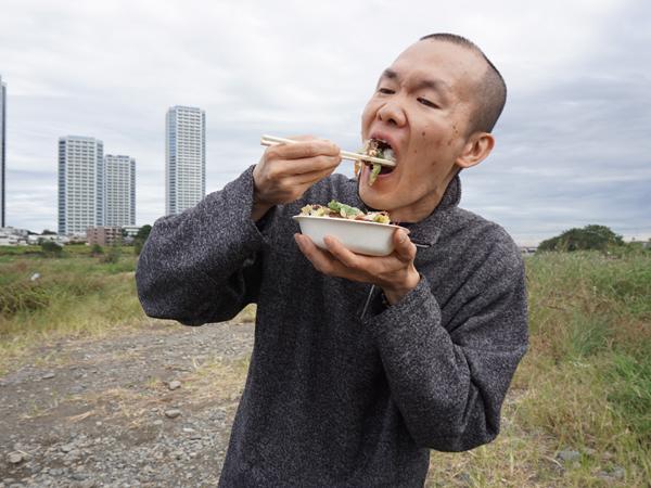 多摩川丼を食べるほーりー