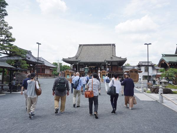 お寺に向かう人々