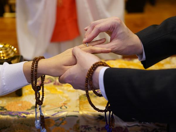 本光寺結婚式の指輪交換